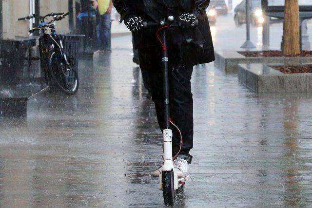 Электросамокат в дождь фото